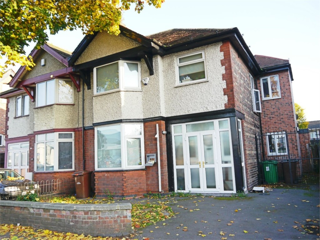 Excellently located 6 bed house